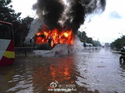 南京浸水电动大巴起火后思考 谁来为新能源汽车安全买单?
