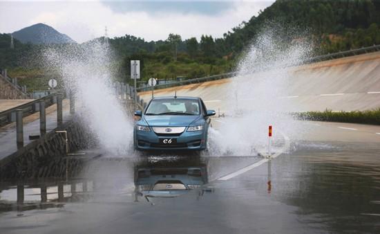 论暴雨中电动汽车当船用的可操作性