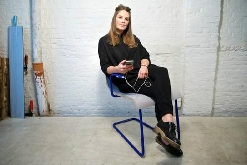 """""""抖腿""""发电椅问世 可为手机充电"""