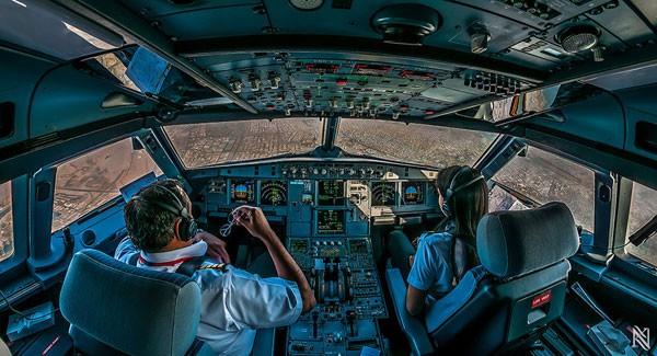 """飞机驾驶舱这套""""几乎从不出事儿的""""驾驶系统,就是我们听说过的大型客机自动驾驶系统。虽然各国航空法对飞机在可以自动降落的前提下,要求飞行员的介入程度有所不同(目前国内是绝对不让飞机自行降落的,必须飞行员手控降落,原因很多不做详细说明),但是从整个飞机自动驾驶系统的运作水平上来看,先进机型上的自动驾驶系统,几乎在对风险的控制上做到了万无一失。曾经有新机型在测试时,做过在大侧风条件下靠单台发动机自动着陆的例子。   下面我们以风险最大的降落阶段为例,说明这套系统是如何万无一失地工作"""