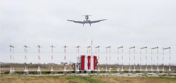 调整自己接近机场跑道的高度和速度,此时飞机距离跑道在5海里左右的