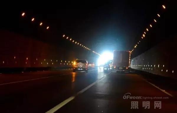 """这段事故频发的""""死亡隧道"""" 灯光在其中扮演了什么角色?"""