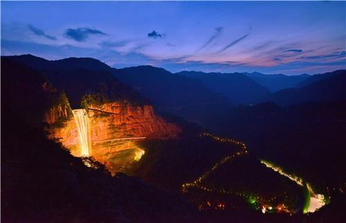 LED打造奇幻七彩瀑布 四面山奇景美轮美奂