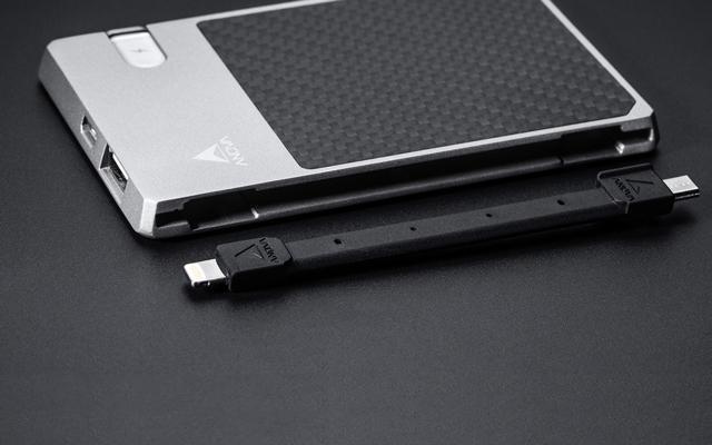 这个充电宝藏了数据线还能让手机互相充电