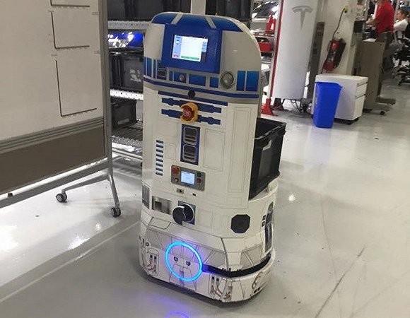 与AGV或其他机器人不同的是,AIV不需要被固定在某个位置,或遵循地面的磁铁或导航信标来移动。它只需使用数字地图就能够自由自主地穿梭于工厂,检测传感器保证其安全地避开人类和障碍物。有趣的是,特斯拉还把其中一个AIVs改造成了《星球大战》里R2-D2的样子。