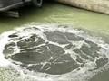 货船向洞庭湖直排白色碱液被环保志愿者曝光