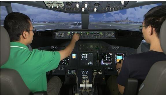 (飞行训练器) D级模拟器为啥值钱呢?因为飞完模拟器就可以飞真机 ,到真飞机上熟悉一下就可以了,模拟机座舱和真实的飞机座舱是一样的,只不过是在地面上体验飞行。飞机不像汽车,你可以用真汽车练习。飞机必须在地面上先练,大型飞机实在太复杂了,中国的飞行员都是金装的,费用很大。光在模拟器上飞一个小时,就得花费4-5千块钱,还是很贵的。