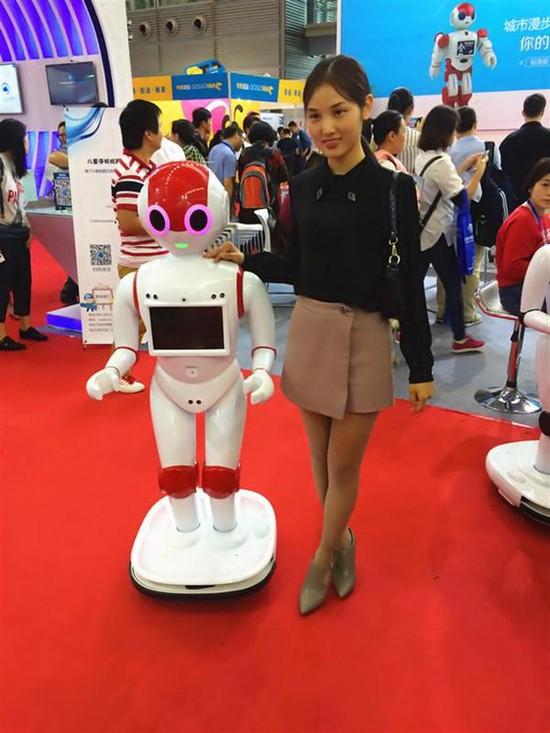 """城市漫步机器人:漫迪银行""""就职""""引热议 强大功能惹人爱"""