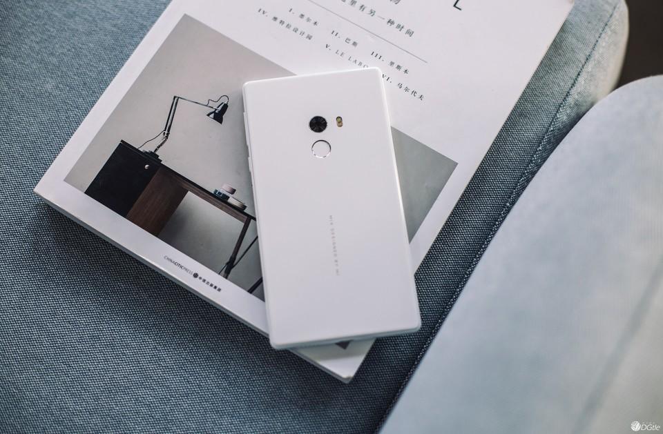 """小米 MIX 皓月白体验评测:""""白""""的漂亮?与""""黑色版""""差异点在哪?"""