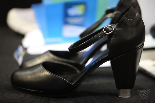 可无线控制鞋高或温度的高跟鞋来了 就是有点丑