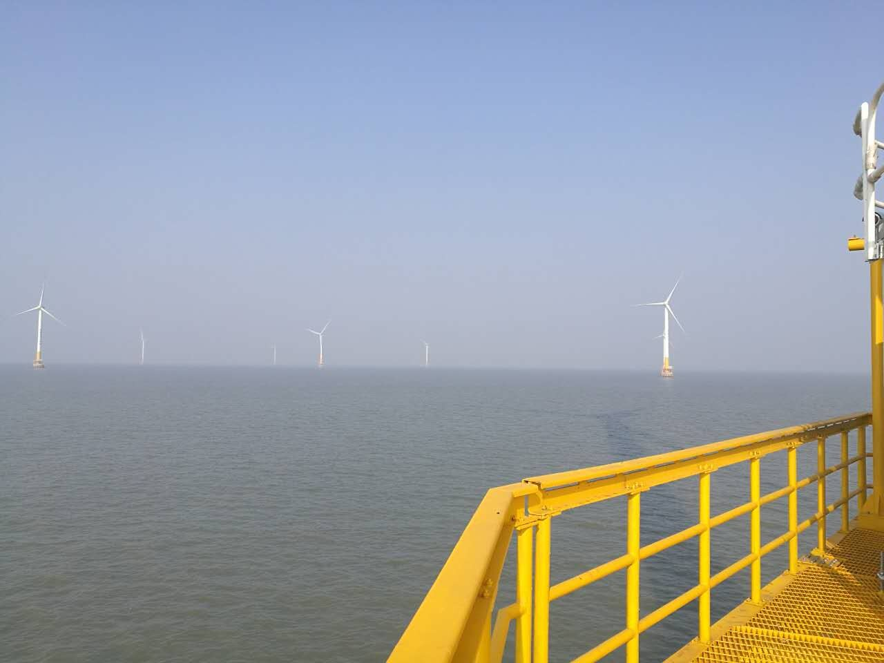 受中际联合(北京)科技股份有限公司邀请,近日,上海市特检院起重监检室派出专家组对位于上海市临港的28台风电塔筒用升降机进行了检验工作。升降机作为设备运输工具,广泛应用于风电塔。而该类设备目前不在法定检验目录内,故维保单位委托上海市特检院进行现场检验。   由于风电塔处于海湾,冬季低温风大,风电塔之间只能通过小船通行,而风电塔间距较远,检验难度极大。为高效、优质地完成检验任务,专家组召开研讨会,根据风电塔升降机特点制定了针对性强的检验方案,并确定以年轻党员同志为班底、大小船联动运送检验人员的实施方案。检验