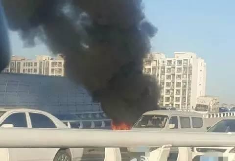 天津快速路上,买来七个月的电动车行驶途中起火,烧得只剩骨架!