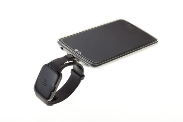 """这手环能让你从别人的手机里""""偷电""""给自己充"""