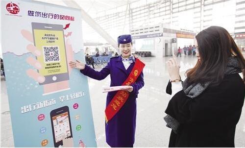 """春运服务吹起""""科技风"""" 机器人高效服务旅客"""