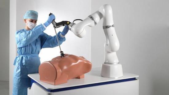 """KUKA七轴轻型机器人春季量产 能够执行""""锯骨""""等多种医疗工作"""
