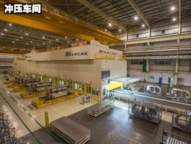 揭秘广汽菲克汽车工厂 机器人53秒打上148个焊点