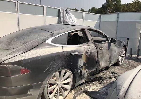 特斯拉4S店内充电引发自燃 超级充电桩安全性存疑