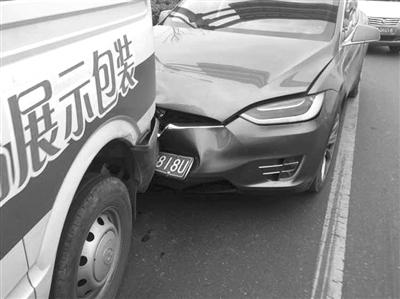 """特斯拉""""自动驾驶""""又闯祸了 这次在义乌追尾导致4车连环撞"""