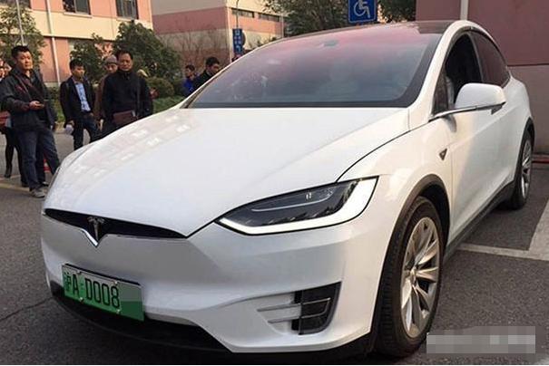 小型新能源汽车号牌底色采用渐变绿色
