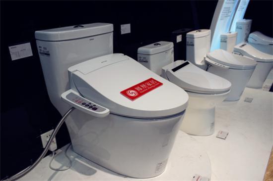 外观测评安华卫浴anK1012智能马桶盖外观简洁小巧,表面洁净明亮无瑕疵。采用PP抗菌材质,这种材质具有耐黄变,防止化学腐蚀的特征,且具有较好的抗菌能力,硬度高、耐热、防水、防潮、防刮、防腿色。 安华卫浴anK1012智能马桶盖性能测评