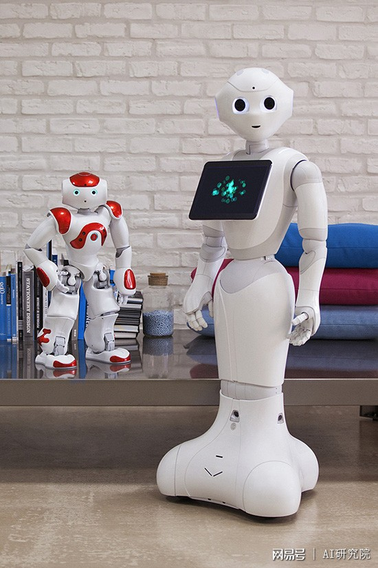 Pepper机器人 日本集团软银已经将这款重28公斤的Pepper人形机器人安装在140多家移动电话厅里,它们可以向顾客致意和招待顾客,而且这些机器人也可以出售给公众。制造商 声称,Pepper可以理解并对人类的情绪做出反应。在与机器人进行了一天的工作后,英国金融时报的罗伯特施里姆斯利(Robert Shrimsley)变得更加谨慎了。Pepper并不会与人进行太多的交谈,它只是分析清楚人们的问题并为其指引正确的方向。 Tapia,是另一款数码助手,它会把你需要消息告诉你,比如外面在下雨,或者提