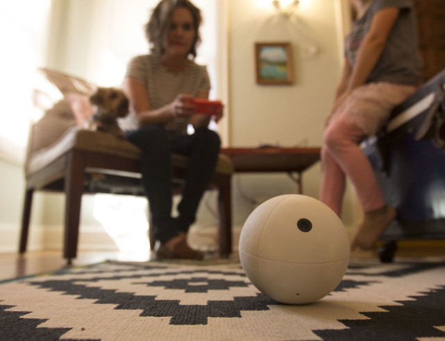 这个遥控小球不只是智能玩具 还是家庭安全摄像头