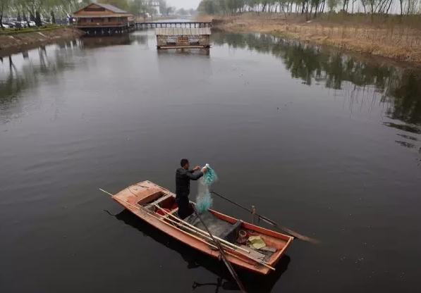 河北省白洋淀风景区,入口处的一艘表演捕鱼的小木船.