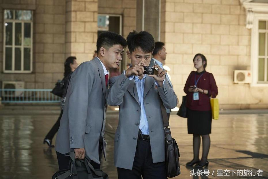 实拍朝鲜新兴阶层 智能手机是财富和身份的象征