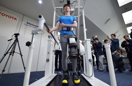 丰田开发新型机器人腿支架 帮助瘫痪病人再次走路