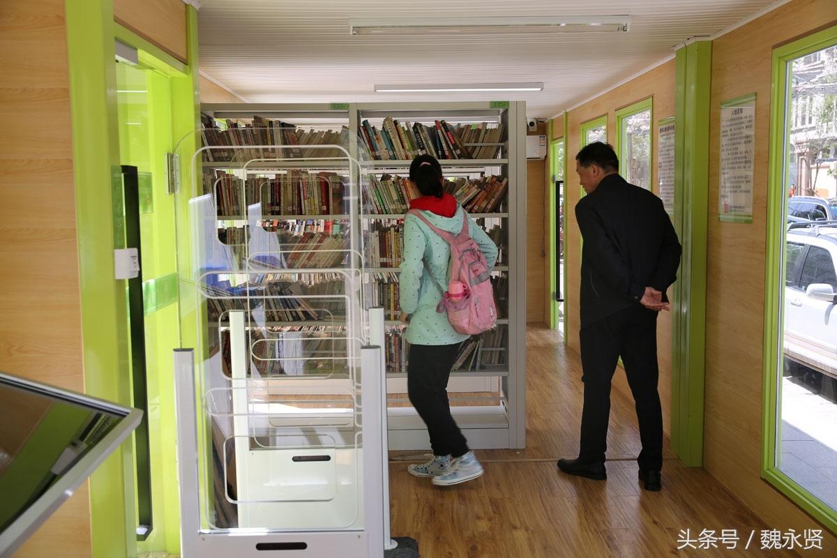 西安街头现集装箱智能图书馆 刷身份证入馆看书借书