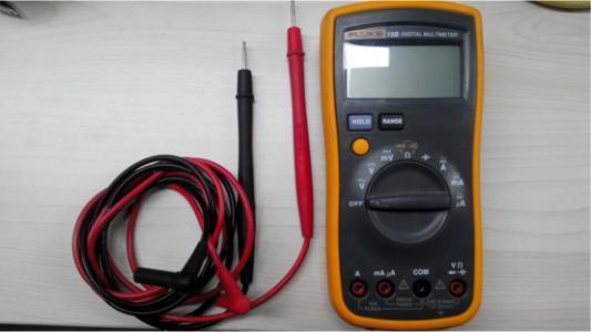电阻、通断蜂鸣测试   UT58C万用表电阻最大能测试到20M,表笔的接法与电压测试的接法一样;普通万用表不支持在线测试,如果测试单个电阻或导体,需要将被测电阻或导体从电路中断开;另外删试时需要使刖者将被测线路或导体的电源切断,不可以带电测试,以确保删试结果的准确和仪表安全,这在仪表的使用注意事项内都有特别说明。   通断蜂鸣测试可以用来检查线路或开关的通断情况,见图3、图4。将量程转换开关转换到二极管/峰呜档,两支表笔按电阻的测试方法去检测开关两端.当开关处于开路状态时,蜂鸣不发声,当开关一闭合,开