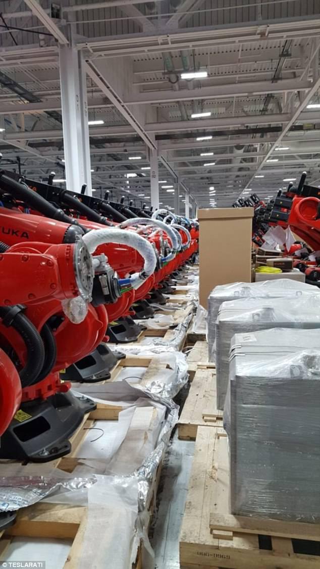"""特斯拉""""外星人战舰""""机器人工厂正式上线"""