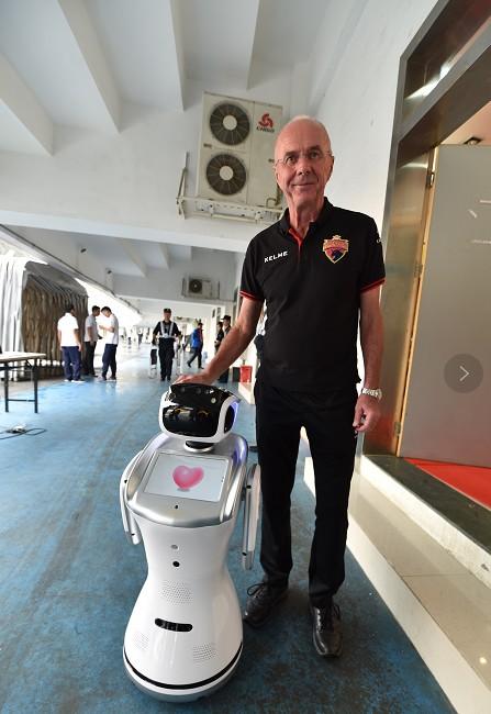 深足引入人工智能 60台机器人足球宝贝燃爆赛场