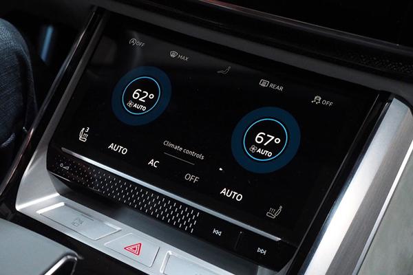 奥迪q8运动版概念车位于中控显示屏下方的控制车内气候的触摸显示屏