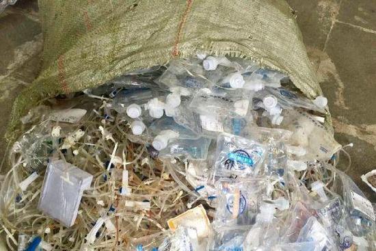 140多吨医疗垃圾流入市场:肮脏尿袋针头被再加工