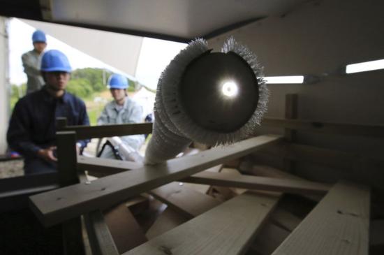 日本研发蛇形机器人 能穿越障碍物利于抢险救灾