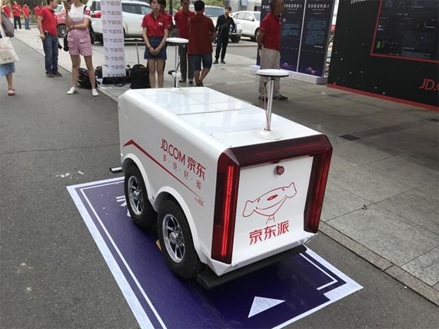 配送机器人现身618电商大战 京东千亿销售快递员要走3亿公里