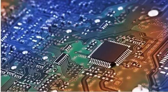 随着更大容量内存、更高密度电池、更高分辨率摄像头、更多摄像头的越发普及,关键零部件的供应越来越紧张。另外,18:9比例屏幕面板、Type-C接口的大量使用,也会让相关配件的供应日渐紧缺,下半年会更加明显。 苹果三星的全球采购策略,让元器件厂商更愿意将手里的货提供给它们,毕竟无论是采购量还是资金结算安全性,巨头显然都更让人放心,再加上一些长单的签署和合同约定,智能手机元器件全面供货紧张已成必然。 元器件供货紧张的最直接影响就是涨价,而元器件涨价意味着智能手机成本的上涨,成本的上涨意味着终端售价的上升。