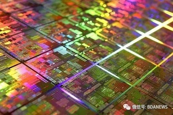 紧接着,同年7月,高通与中芯国际达成合作,高通将部分28纳米芯片交予中芯国际代工。时隔六个月,中芯国际和高通日前共同宣布,双方合作的28nm高通骁龙410处理器已经制造成功,这标志着双方在先进工艺制程和晶圆制造合作上取得巨大进展。 同时,中芯国际也借此成为中国内地第一家在28纳米工艺上生产高性能、低功耗手机处理器的晶圆代工企业,并为28纳米的量产奠定了坚实的基础。这一进展标志着中芯国际在28纳米工艺成熟的路径上迈出重要一步,也让中芯国际信心十足。至此,中芯国际28纳米工艺已经走向成熟,并可以为包括高通