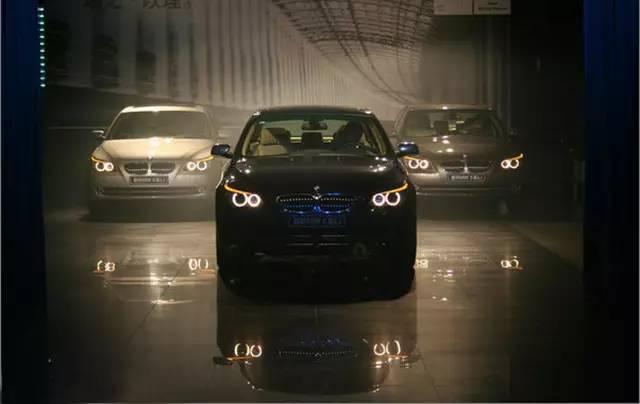 2001款宝马5系诞生于e39平台,这是第一款装配了天使眼大灯的宝马车,大