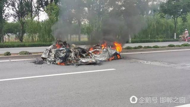 河北一电动汽车自燃 烧成了一堆灰