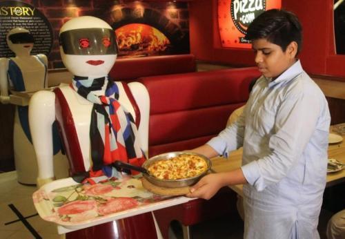 巴基斯坦餐厅引入机器人女服务生 生意蒸蒸日上