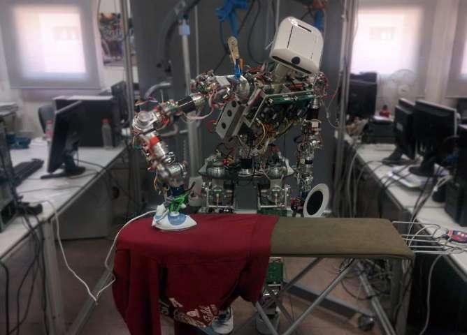 懒癌患者福音 机器人学会熨衣服虽然速度还很慢