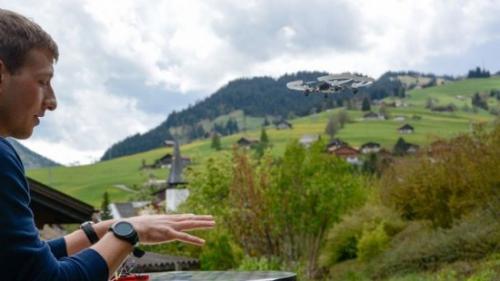 挥一挥手就能控制无人机 全靠这个神奇的智能手表