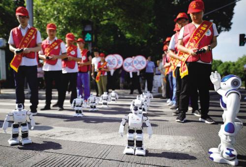 机器人走斑马线倡导文明出行