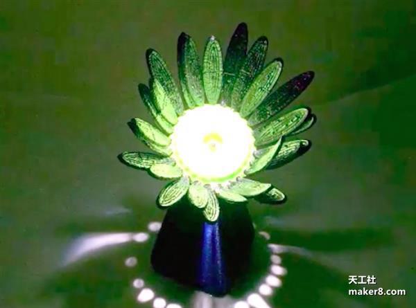 给这朵3D打印塑料花一些光,它会自动绽放
