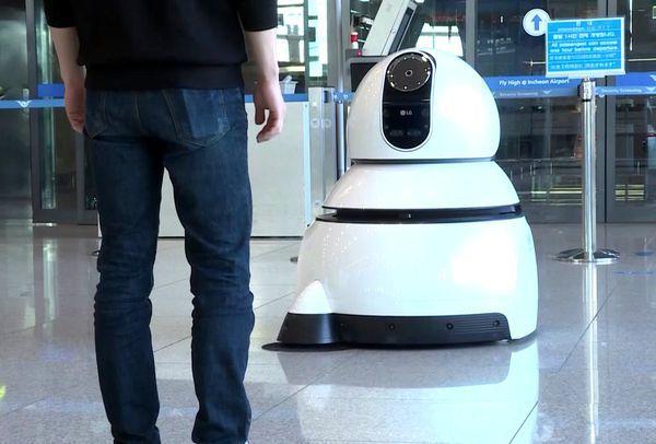 LG的两个活宝机场机器人:能带路能扫地