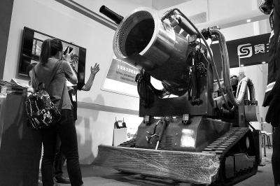 """机器人""""攻占""""国际消防展"""
