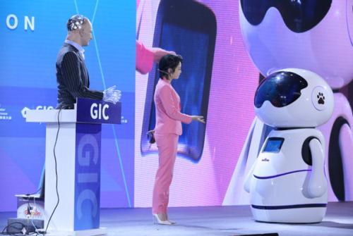 """百度""""小度机器人""""与""""Han""""同台竞技"""