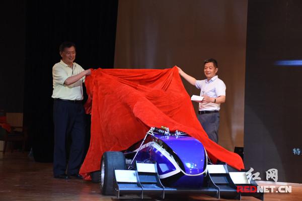 大学生自制3D打印方程式赛车 时速可达130km/h